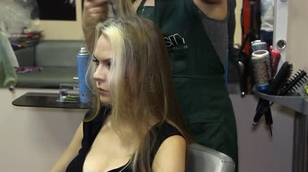corte de cabelo : Woman with long hair at the beauty salon getting a blower