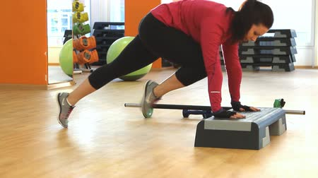 eğitici : Young woman doing fitness exercise Stok Video