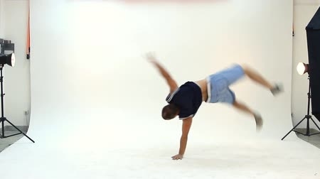 menő : Teenager dancing breakdance in action