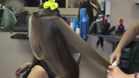 салон : Woman with long hair at the beauty salon getting a blower