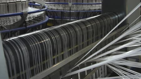 hedvábí : Textile industry - yarn spools on spinning machine in a factory