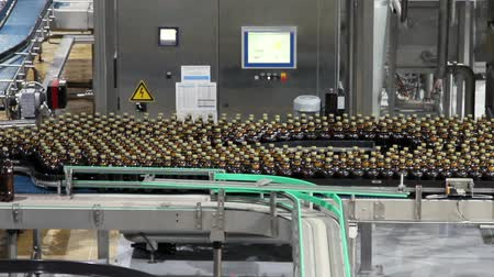 enchimento : Plastic water bottles on conveyor or water bottling machine Vídeos