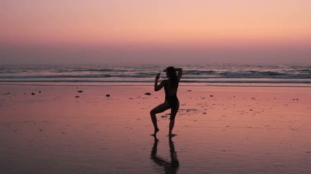 ремень : Unidentified woman practicing karate on the beach Стоковые видеозаписи