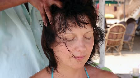 atenção : Close up of therapists hands doing head massage on woman.
