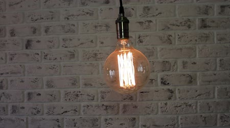 cegła : Vintage Loft lamp swinging over brick wall background