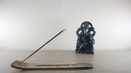 incenso : Burning incense stick on a background Ganesh statues in the Buddhist temple Stock Footage