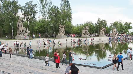 kard : VOLGOGRAD, Russian Federation - MAY 9, 2016: Mass visits visitors of the memorial complex Mamaev Kurgan on the anniversary of victory in great world war II.