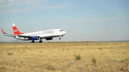 кокпит : Volgograd, Russian Federation - August 18, 2017: Nord Wind company airliner landing on runway.
