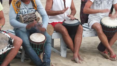 barulhento : Goa, India – February 28, 2015: Unidentified man playing on drum at the beach.