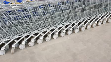 koszyk zakupy : Shopping carts on a parking lot Wideo