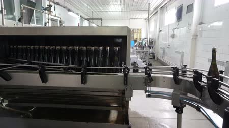 заподлицо : Washing line for bottles and bottling of champagne conveyor at the factory