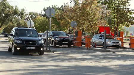 nem városi színhely : Volgograd, Russian Federation - September 27, 2015: Automatic security barrier at the parking Stock mozgókép