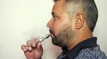 курильщик : Respectable man smoking electronic cigarette