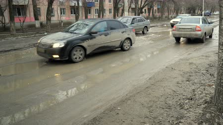 alcatrão : Volgograd, Russian Federation – February 27, 2017: Bad road in the city