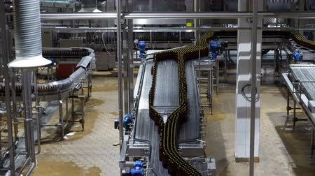 mout : Bierfabriek interieur met veel machines Stockvideo