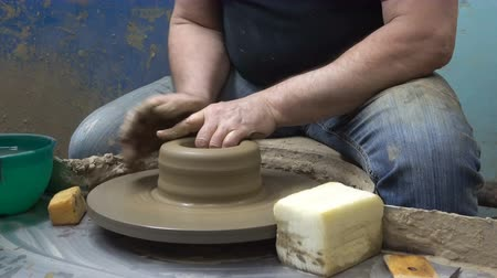 close-up of a Potters hand sculpts a pot pitcher of clay on a Potters wheel Stockvideo