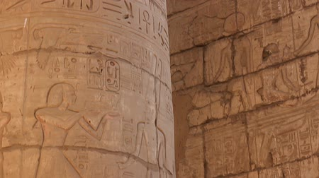 The stone columns with relief carving in Ancient Egyptian temple complex. Vídeos