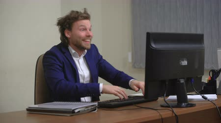 hloupý : Active businessman rejoices success. In the office, sitting at the computer