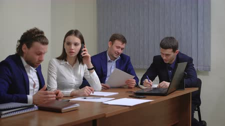 advokát : The team of young businesspeople. The meeting, brainstorming. In the office.