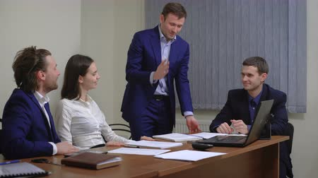 sucesso : The team of young businesspeople. Rejoice success. In the office. The plan is executed.