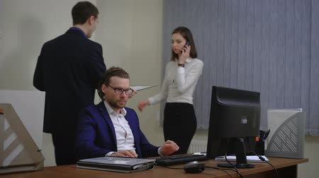 подготовке : Business people working in an office