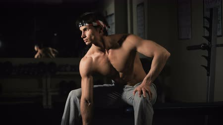 exercícios : Fitness - powerful muscular man lifting weights Vídeos