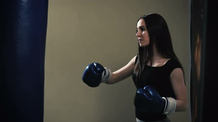 zsák : Attractive Female Punching A Bag With Boxing Gloves On
