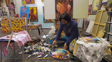 oilpaint : The artist works with a palette. Workshop