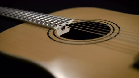 acustico : luce gialla chitarra acustica di close-up. Design moderno Filmati Stock