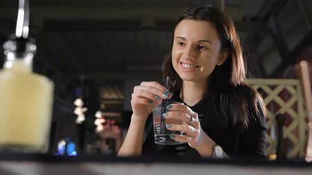 wódka : Soda for girls. The bartender mixes tubes ice in a glass Wideo