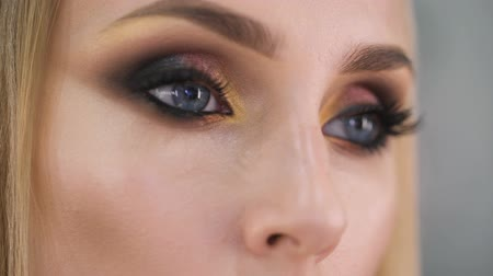 cílios : Burn look. Expressive makeup on the eyes, very pretty girl languidly looks in the frame. Vídeos