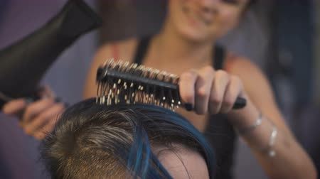 darbe : The girl with blue hair in a beauty salon. Stok Video