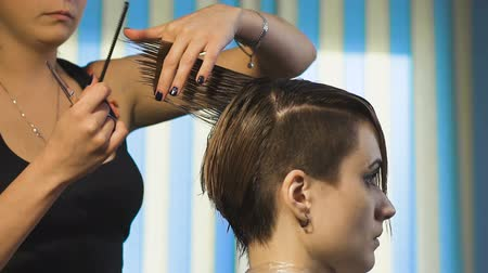 corte de cabelo : Business woman making a stylish haircut. Professional hairdresser