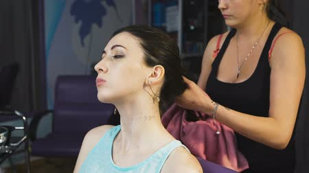 kolínská voda : Pretty young girl in a beauty salon for hair gets health procedure. Dostupné videozáznamy