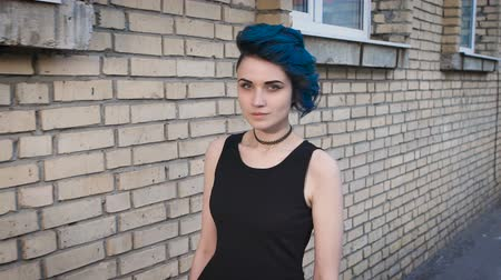 cegła : Self-confident woman with a special appearance and blue hair. Wideo