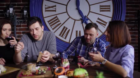 друзья : Smiling friends drinking wine and eating Стоковые видеозаписи