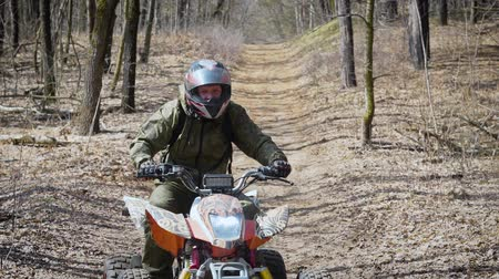 terreno extremo : Extreme vacation in the woods on the ATV. Men engage in motor sport, quad bike is an ideal means for riding on country roads. All wheel drive helps to overcome obstacles, and to conquer the terrain