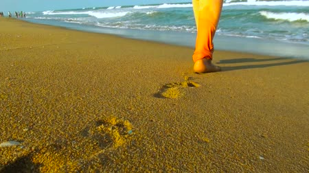ślady stóp : South asian Young Woman Walking To Water On Beach, Female Legs Closeup