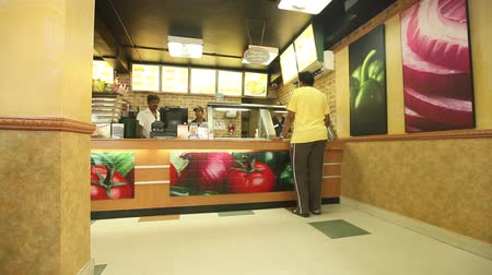 garçonete : People ordering food and check out counter