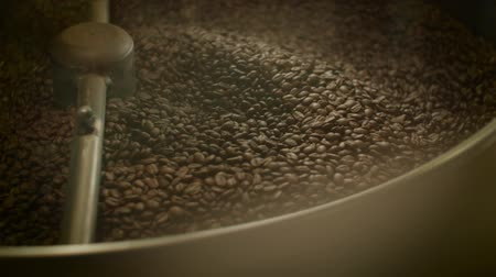 Mixing roasted coffee Wideo