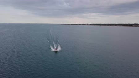 lancha : Aerial view of moving boat on the lake. 4k. Vídeos