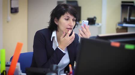 kobieta biznes : Beautiful business woman applying makeup in office