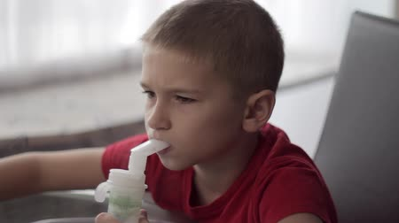 oxigênio : Child with nebuliser