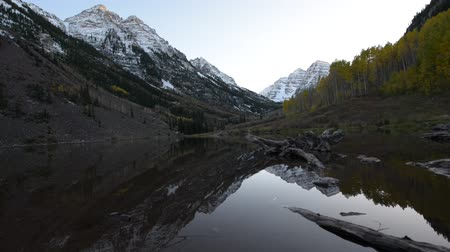 rochoso : Maroon Bells and its Reflection in the Lake with Fall foliage in Peak at Aspen, Colorado Vídeos