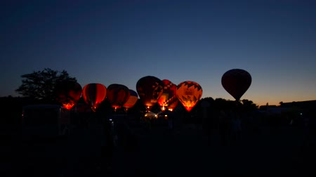 воздух : Inflating a hot air balloons for the night glow Waterford Hot Air Balloon