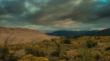 дюна : Thick clouds at Sunrise over the sangre de cristo mountains and the great sand dunes Timelapse