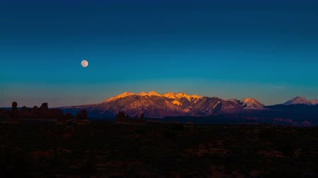 sál : Arches National Park Utah Full Moon Rising above La Sal Mountains Time-lapse 4k