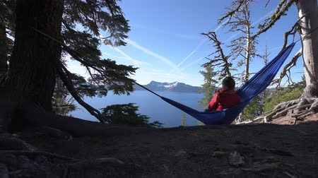 гамак : Woman Hiker Relaxing in Hammock Crater Lake National Park Oregon Стоковые видеозаписи