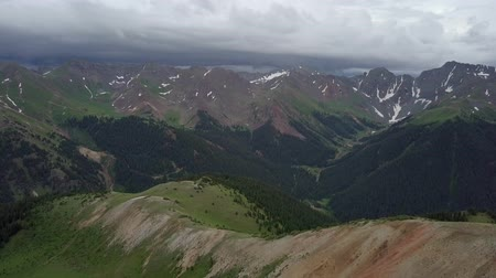 Hurricane Pass Beautiful Aerial Shot reviling Colorado Mountains Стоковые видеозаписи