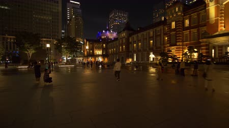 pedestres : Town Square in front of The Marunouchi Exit of the Tokyo Station at Night (a POV time lapse)
